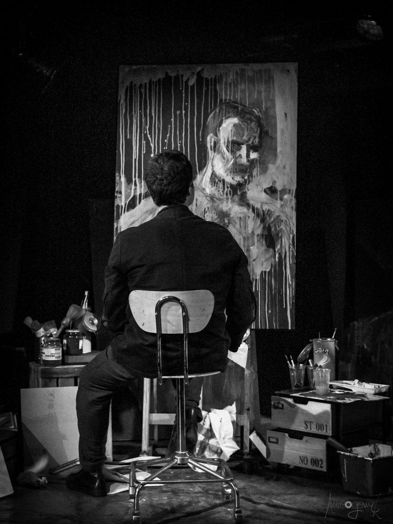 El hombre se busca en el lienzo. Foto cortesía de Aureo.